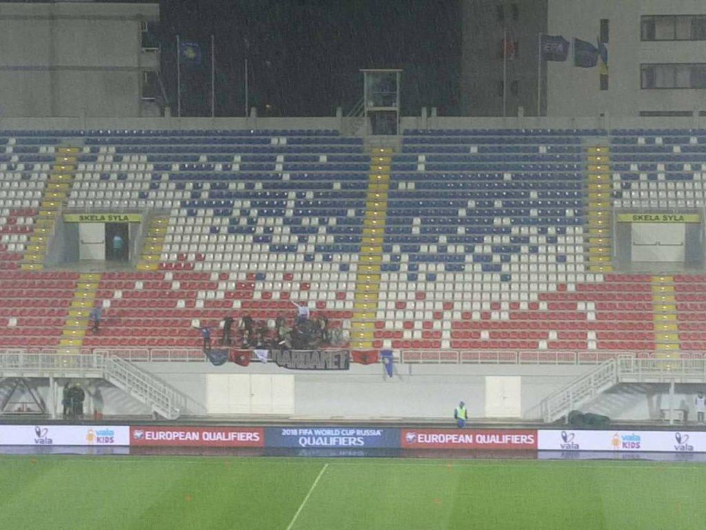 Ironi shqiptare… Duka leksione ekonomie, futbolli në kolaps dhe me shkallë të boshatisura